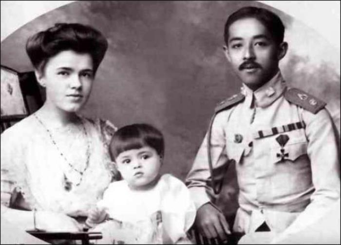 Принц Чакрабон и принцесса На Питсанулок (Екатерина Десницкая) с сыном