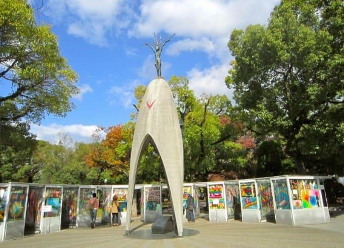 Памятник девочке, пострадавшей от бомбардировки Хиросимы  | Фото: iliba.ru