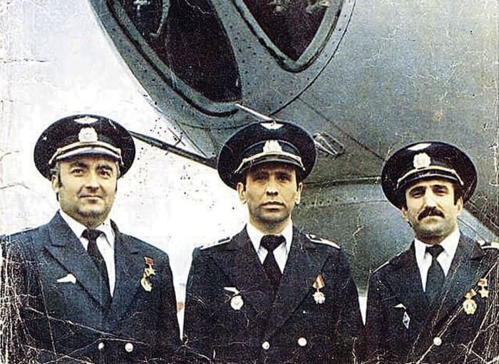 Экипаж Ту-134: командир Ахматгер Гардапхадзе (слева), второй пилот Станислав Габараев (в центре) и штурман Владимир Гасоян | Фото: life.ru
