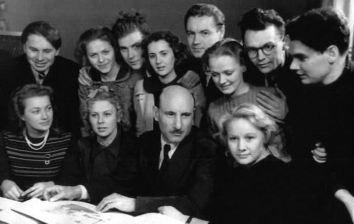 Сергей Герасимов со своими учениками   Фото: kino-teatr.ru