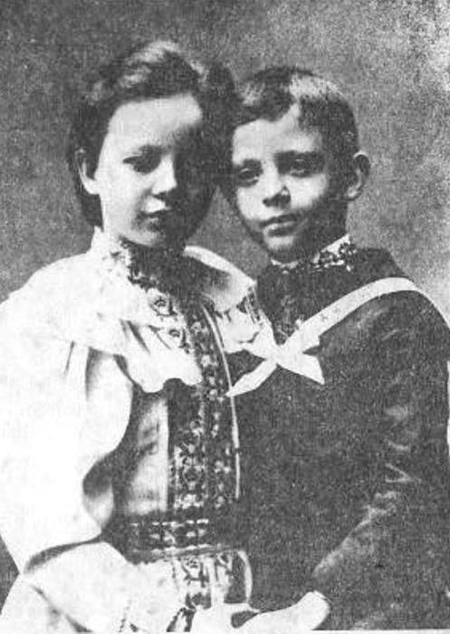 Сергей Панкеев в возрасте 7 лет и его сестра Анна, 9 лет | Фото: rozamira.nl