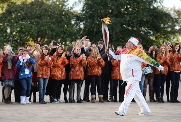 Шаварш Карапетян несет факел во время старта эстафеты Олимпийского огня в Москве. Фото А. Филиппова | Фото: lenta.ru