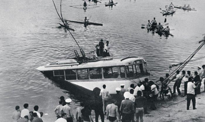 Троллейбус, упавший в Ереванское озеро. Фото Г. Багдасаряна | Фото: lenta.ru