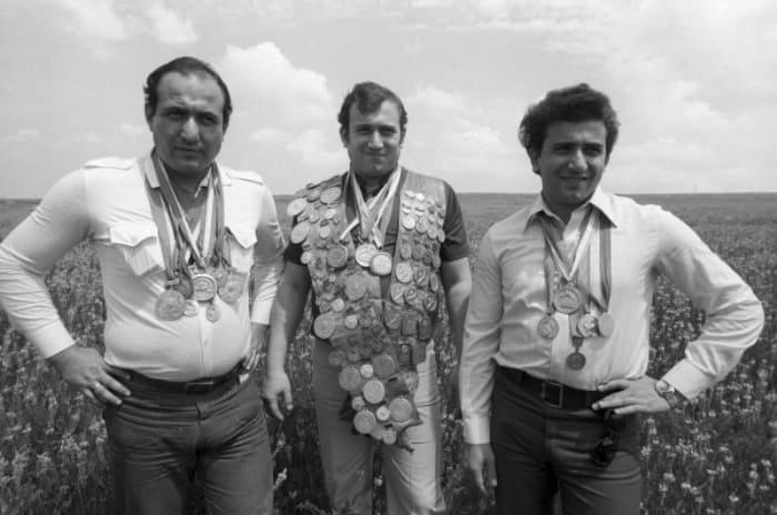 Шаварш (в центре) с братьями. Фото О. Макарова | Фото: aif.ru