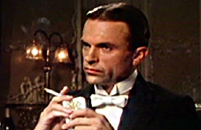 Сэм Нил в роли Сиднея Рейли в сериале *Рейли: ас шпионов*, 1983 | Фото: aif.ru