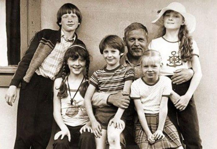 Сёстры Кутеповы с режиссёром Леонидом Нечаевым и другими юными актёрами на съемках фильма *Рыжий, честный, влюблённый*, 1984 | Фото: retrospectra.ru
