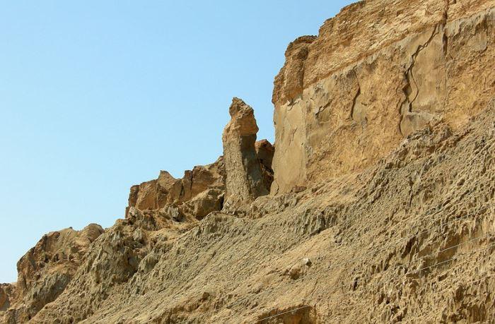 Соляной столп на горе Содом, в который, по преданию, обратилась жена Лота