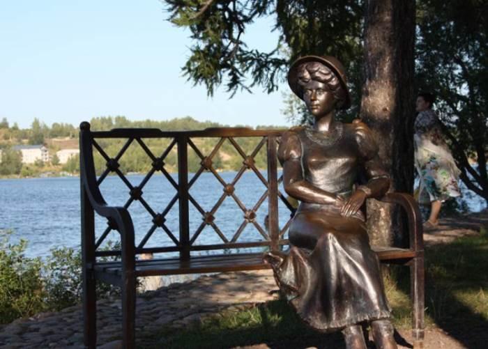 Скульптура *Дачница* в г. Плесе, имеющая портретное сходство с Кувшинниковой | Фото: liveinternet.ru
