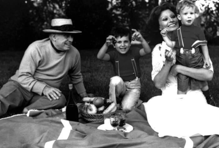 Софи Лорен с мужем и сыновьями, 1974 | Фото: lenta.ru