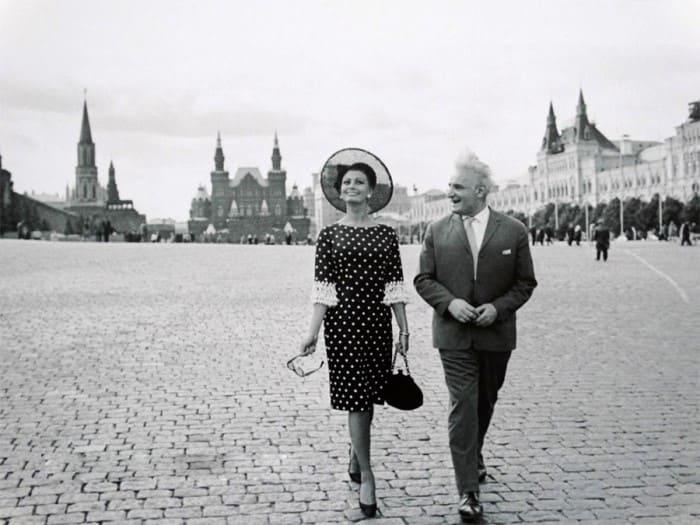 Участники IV Московского международного кинофестиваля Софи Лорен и Серго Закариадзе на Красной площади, 1965. Фото В. Генде-Роте | Фото: mreporter.ru