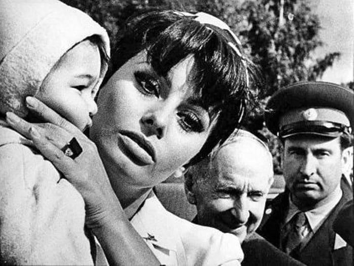 Софи Лорен охотно фотографировалась с детьми, 1965. Фото В. Генде-Роте | Фото: sobesednik.ru