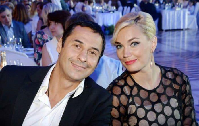 Певец с женой Юлией | Фото: uznayvse.ru