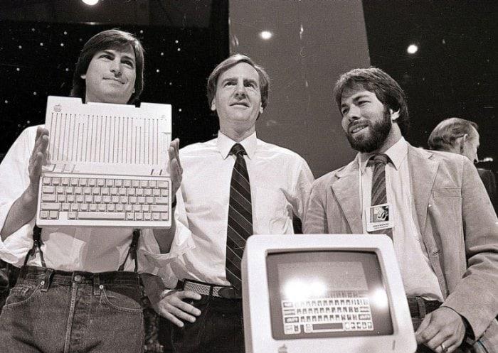 Стив Джобс, Джон Скалли и Стив Возняк представляют новый компьютер Apple II, 1984 | Фото: photolium.ru
