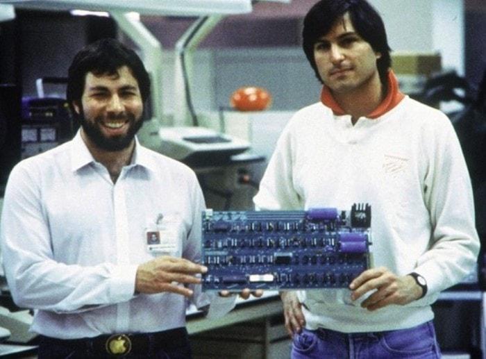Основатели Apple Стив Джобс и Стивен Возняк с прототипом клавиатуры, 1978 | Фото: theweek.com
