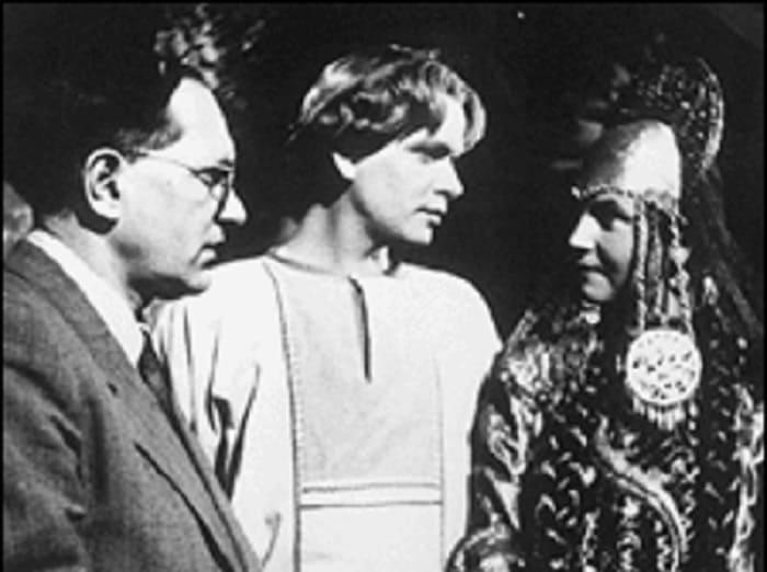 На съемочной площадке фильма *Каменный цветок*, 1946 | Фото: selyanka1.livejournal.com