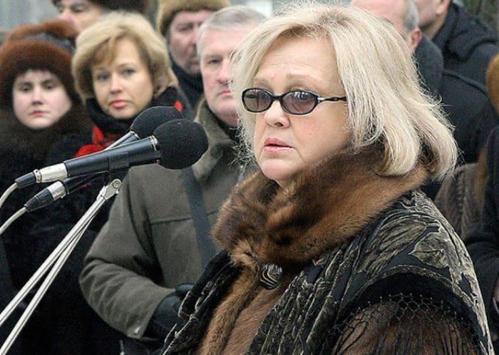 Светлана Пенкина на церемонии открытия памятника своему мужу в Минске, 2006 | Фото: kp.ru