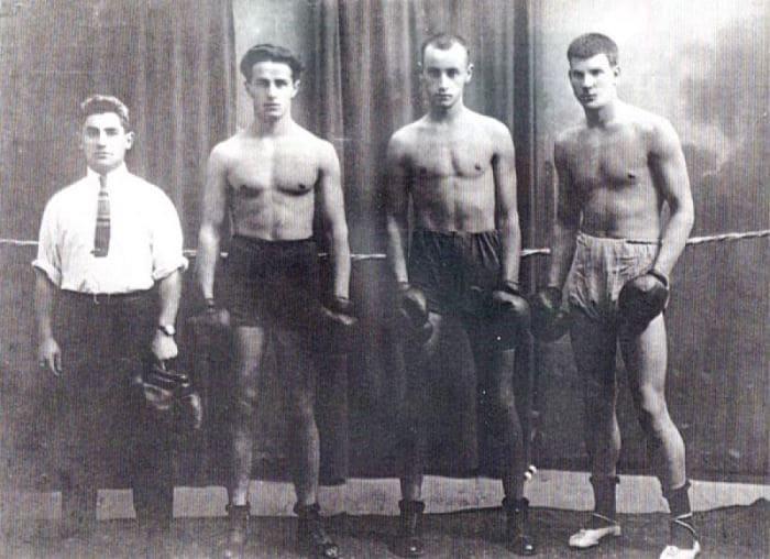 Тренер Туркестанской команды по боксу *Фортуна* Сидней Джексон с воспитанниками. Ташкент, 1925   Фото: jewishnews.com.ua