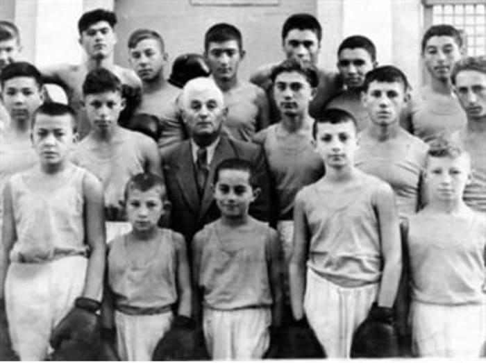 Заслуженный тренер СССР со своими воспитанниками   Фото: aloqada.com