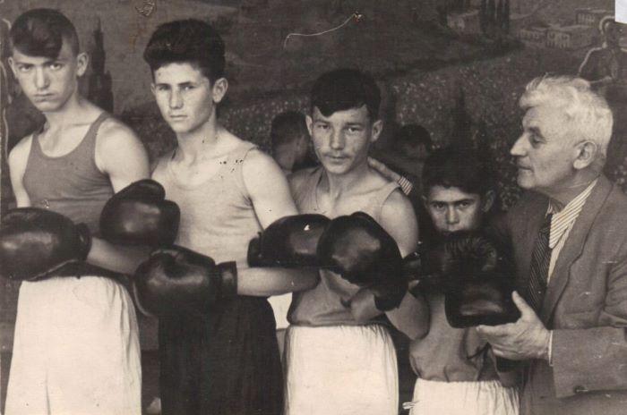 Заслуженный тренер СССР со своими воспитанниками. Ташкент, 1957   Фото: russian-bazaar.com