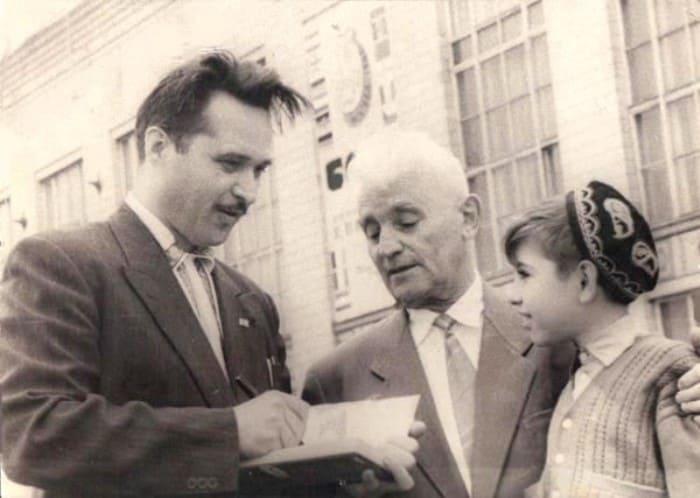 Автор повести о Сиднее Джексоне Г. Свиридов подписывает ему книгу   Фото: tengrinews.kz