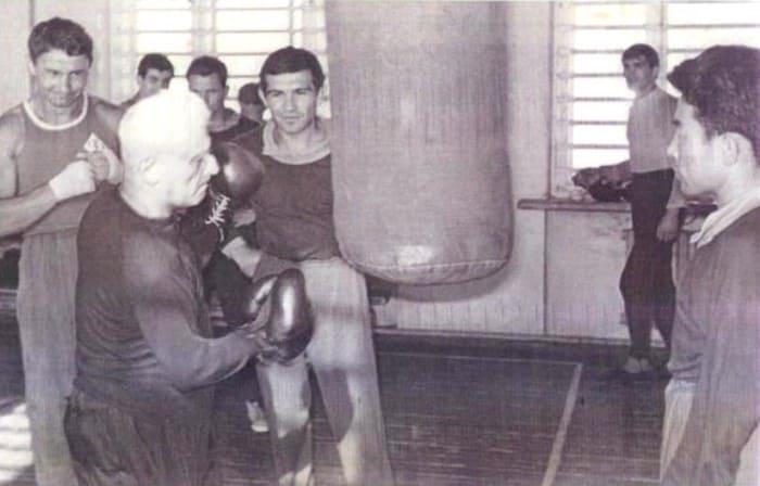 Тренер и сборная Узбекистана по боксу. Ташкент, 1965   Фото: jewishnews.com.ua