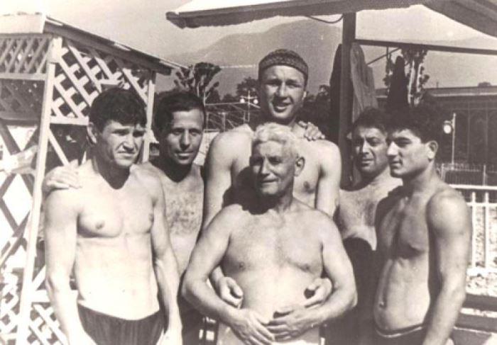 Тренер с воспитанниками на Всесоюзных сборах перед матчем СССР – Норвегия. Алушта, 1957   Фото: jewishnews.com.ua