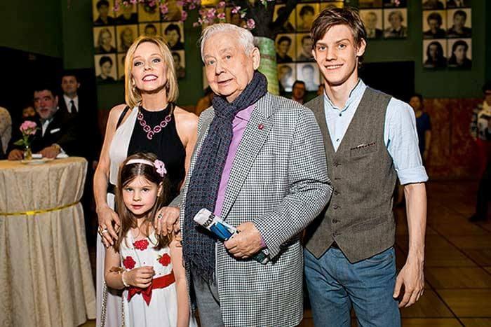 Олег Табаков, его вторая жена Марина Зудина и их дети Павел и Мария | Фото: stuki-druki.com
