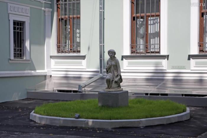 Статуя возле особняка Вандышниковой-Банза | Фото: vm.ru