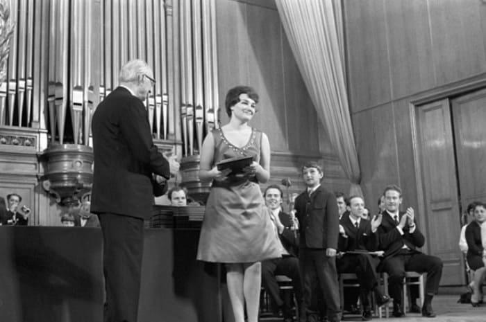 Тамара Синявская получает первую премию на Международном конкурсе им. П. Чайковского, 1970   Фото: classicalmusicnews.ru