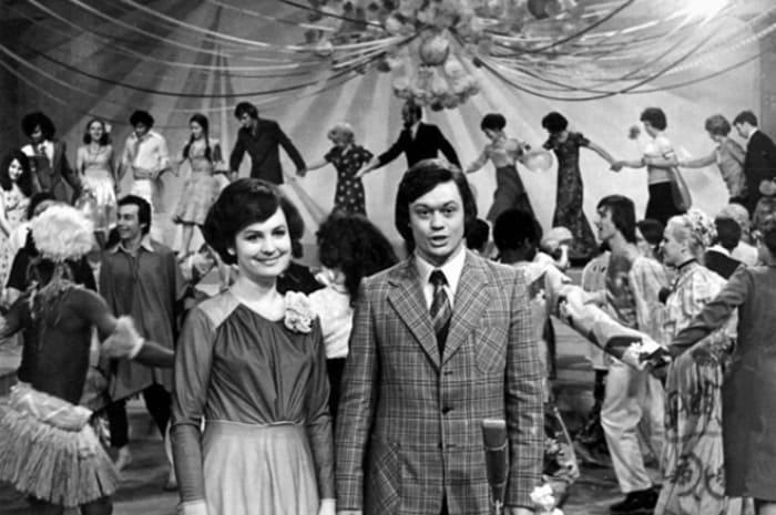 Татьяна Судец и Николай Караченцов – ведущие программы *Голубой огонек*, 1977 | Фото: 24smi.org
