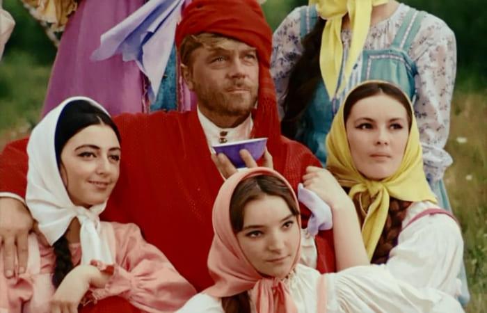 Татьяна Ткач (справа) в фильме *Белое солнце пустыни*, 1969 | Фото: kino-teatr.ru