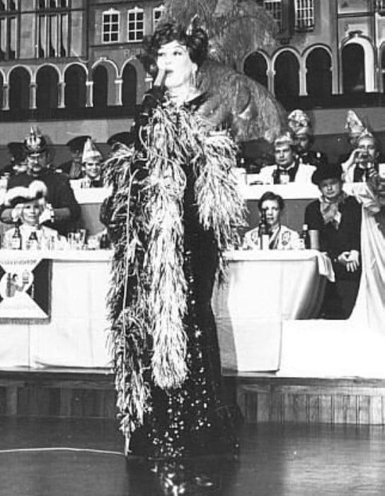 Cольное выступление певицы на ежегодном немецком карнавале *Der ehrensenat*. Германия, 1970-е гг. | Фото: russianshanson.info