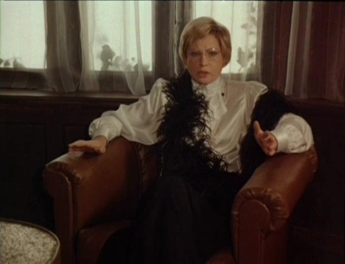 Людмила Максакова в фильме *Десять негритят*, 1987 | Фото: kino-teatr.ru