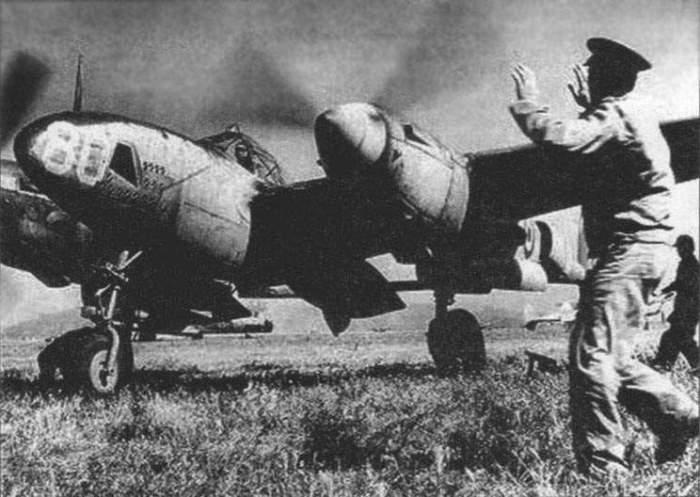 Экзюпери на *Локхид* F-5A-1-LO заруливает на стоянку после разведывательного полета весной 1944 года | Фото: airpages.ru