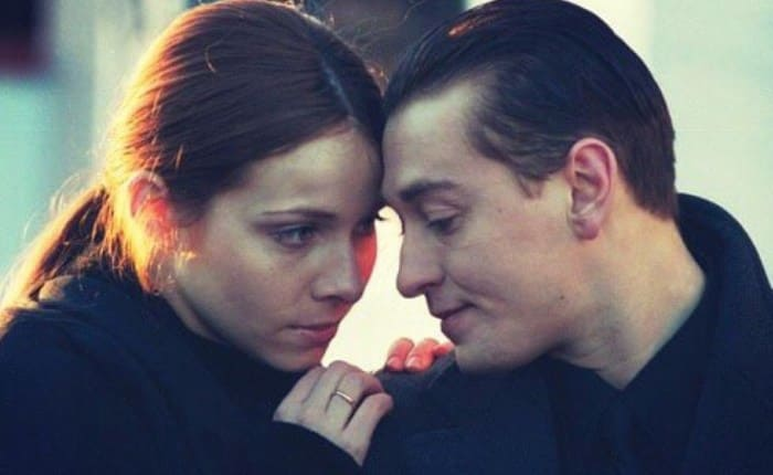 Екатерина Гусева и Сергей Безруков в сериале *Бригада*, 2002 | Фото: kino-teatr.ru