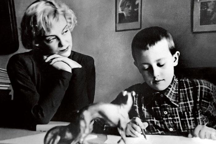 Актриса с сыном Андреем, 1940-е гг. | Фото: 7days.ru