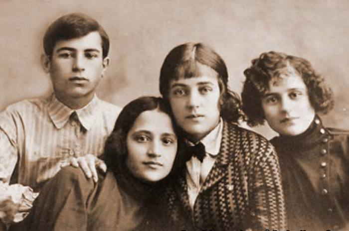 Марина Ладынина (вторая справа) с братом и сестрами | Фото: 7days.ru