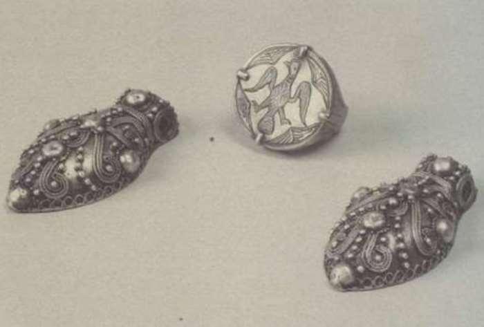 Подвески-жуки, украшенные зернью и полусферами, и печатный перстень | Фото: rusarch.ru