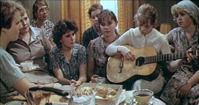 Кадр из фильма *Одиноким предоставляется общежитие*, 1983 | Фото: liveinternet.ru