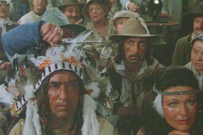 Каскадер Александр Иншаков (на заднем плане) в фильме *Человек с бульвара Капуцинов*, 1987 | Фото: kino-teatr.ru