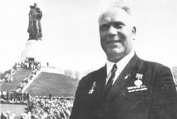 Иван Одарченко на фоне памятника Воину-освободителю, для которого он позировал | Фото: tstu.ru
