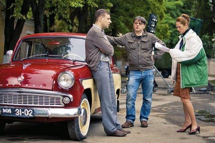 Режиссер с актерами на съемках. Такой же *москвич* был у его отца | Фото: kp.ru