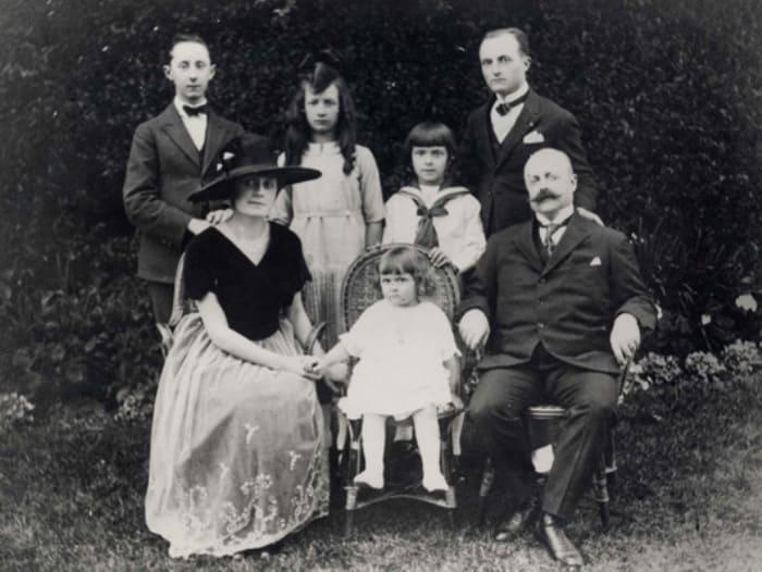 Кристиан Диор (крайний слева в верхнем ряду) со своей семьей | Фото: iledebeaute.ru
