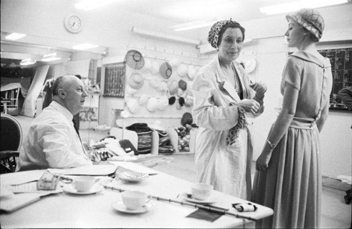 Кристиан Диор и Митца Брикар за работой в ателье Christian Dior на авеню Монтень, Париж 1957 г. | Фото: style.rbc.ru