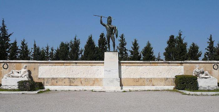 Монумент царю Леониду и отряду 300 спартанцев возле места битвы