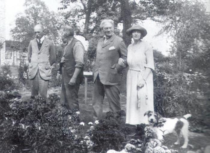 Джером К. Джером в саду с семьей
