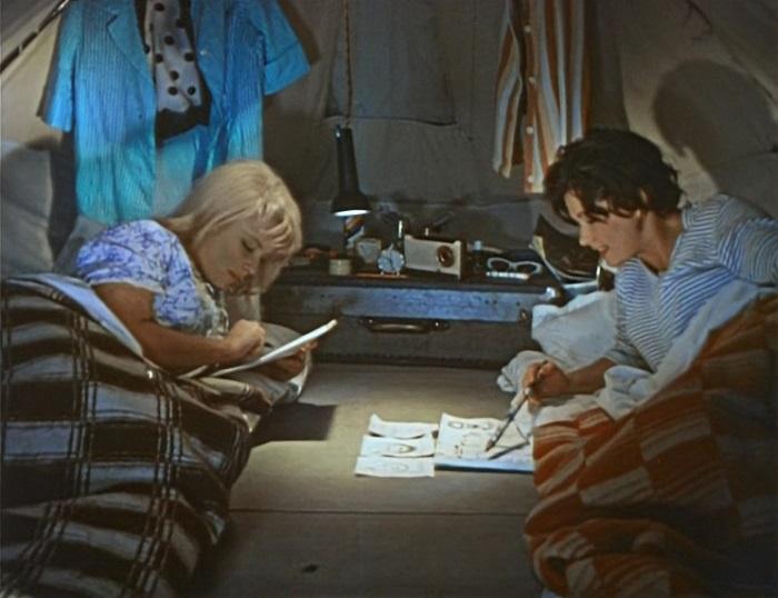 Наталья Кустинская и Наталья Фатеева в фильме *Три плюс два*, 1963 | Фото: kinonews.ru