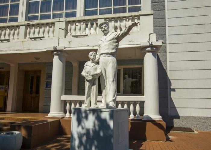 Памятник Максимке и матросу в Туапсе | Фото: otdih-yuga.ru