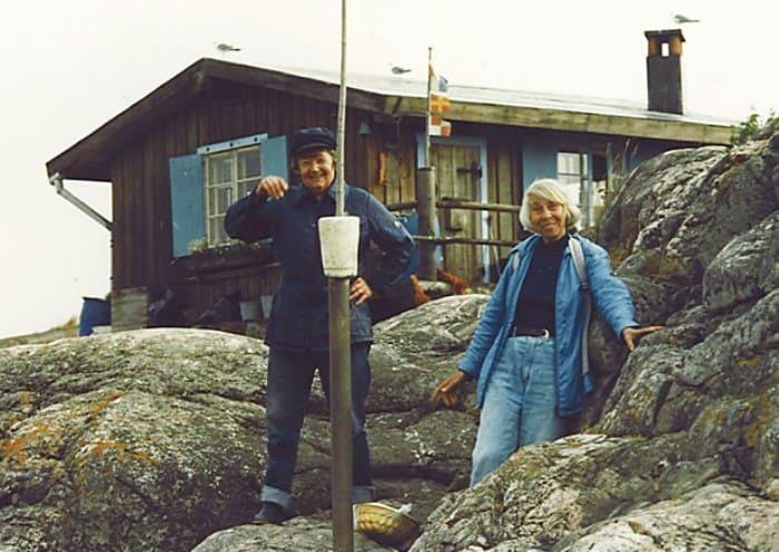 Туве и Тууликки на острове Кловхару, принадлежавшем писательнице | Фото: mumidol.com