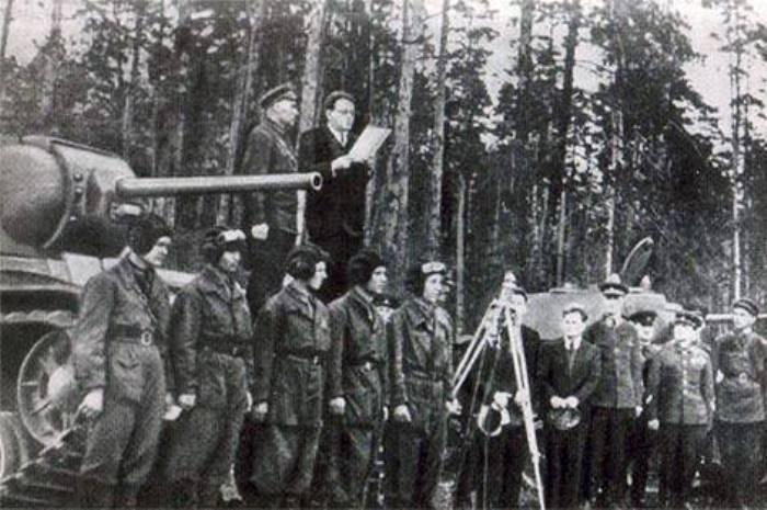 С. Маршак выступает перед танкистами при вручении им танка *Беспощадный*, построенного на средства поэтов и художников, 1942 | Фото: s-marshak.ru
